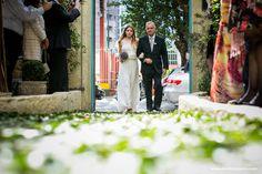 "Exclusive ""ONE OF A KIND"" wedding dress from A MODISTA atelier / Photo: Danilo Siqueira  #letsvamos  / Wedding Venue: Ruella Bistro - Sao Paulo - Brasil    A MODISTA bridal atelier  {A vintage inspired wedding boutique with a modern touch <3}   http://www.vestidadenoiva.com/tag/buque-de-lavanda/"