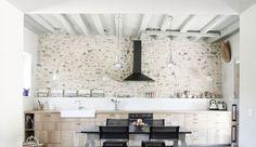 Dans une maison ancienne, le salon, la salle à manger ou encore la cuisine sont des pièces qui méritent d'être rénovées avec soin. Quelques touches modernes par-ci, quelques éléments tendance par-là... Voici 15 photos de belles bâtisses dont le charme et l'authenticité ont été sublimés ! Poutres apparentes, cheminée, murs de pierres, mobilier brut, cuisine rétro... Faites le plein d'idées ! >> A voir aussi >> Mes envies rénovations