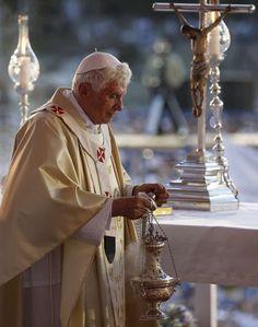 El papa Benedicto XVI, en el púlpito de la plaza Antonio Maceo en Santiago de Cuba, donde oficia una misa este 26 de marzo, durante su primer día de visita en la isla. REUTERS/Tony Gentile