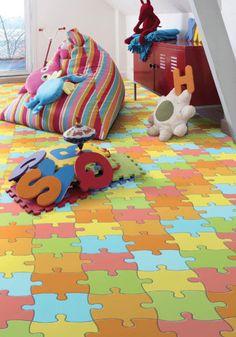 Como decorar um quarto que tem revestimento colorido no piso?