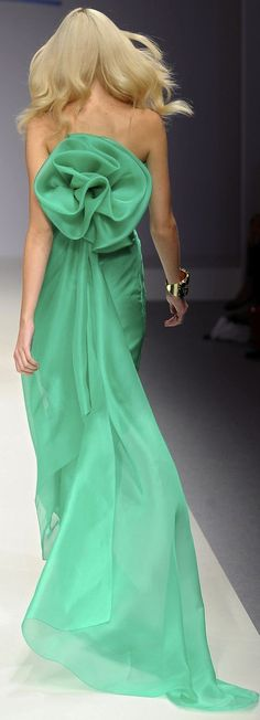 at the back of this gorgeous green dress Stunning Dresses, Beautiful Gowns, Beautiful Outfits, Beautiful Life, Style Couture, Couture Fashion, Lund, Green Fashion, High Fashion