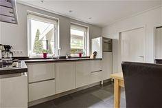 Uitstekend onderhouden, modern afgewerkte vrijstaande woning met ruime vrijstaande garage, carport en een zonnige tuin. De woning is gelegen in een ruim
