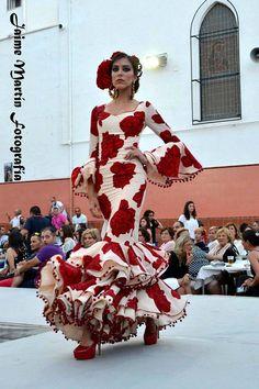Spanish style – Mediterranean Home Decor Flamenco Costume, Flamenco Skirt, Flamenco Dancers, Flamenco Dresses, Spanish Dress, Spanish Dancer, Spanish Style, Traditional Fashion, Traditional Dresses