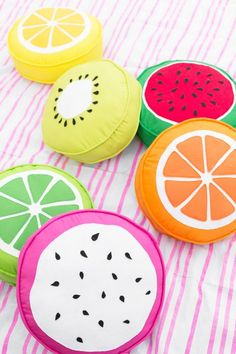 DIY Fruit Slice Pillows - Studio DIY , Use these DIY fruit slice pillows as cushions for your next summer party! You can make any fruit you want, or all of them, with this easy sewing tutor. Food Pillows, Cute Pillows, Diy Pillows, Decorative Pillows, Pillows For Kids, Sewing Projects For Beginners, Sewing Tutorials, Sewing Crafts, Diy Projects