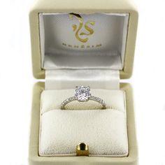 Unser Ringmodell Melbourne, individualisiert mit einem zentralen Diamanten im Brillantschliff