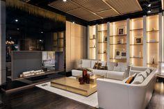 A plafonon lévő álmennyezet takaróelemeként szolgálhat a hangelnyelő anyagnak. Fendi Casa's showroom in New York City