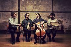 """Thrace: Sunday Morning Sessions"""" junta violoncelo francês e lira grega a percussão iraniana. Um encontro entre Ásia e Europa, uma ponte entre a Antiguidade e o nosso tempo.Jean-Guihen Queyras fala-nos sobre o concerto de abertura do Ciclo Músicas do Mundo da Gulbenkian. Este sábado, às 21h"""