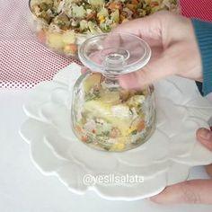 ÇEÇEN salatası desem 😍 Kimler yaptı yada kimler biliyor lezzeti 😋👌 Çok sevilen bir salata 😍😍 Kayseriden takip eden takipçiler hemen… Turkish Salad, Food Decoration, Iftar, Cooking Tips, Salad Recipes, Potato Salad, Salads, Brunch, Veggies