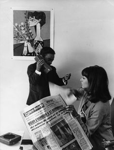 Pierrot le fou - A gunrunner with a comically outsized walkie-talkie menaces babysitter Marianne Renoir (Anna Karina) in Jean-Luc Godard's kaleidoscopic couple-on-the-run movie. Anna Karina, New Wave Cinema, Celebrities Reading, French New Wave, Movie Subtitles, Style Parisienne, Jean Luc Godard, Old Hollywood Stars, Film Inspiration
