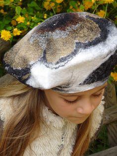 Feutre artistique, artisanat d'art, créations sur mesure de Caroline BARRUECO, vêtements, accessoires et décoration robe de mariée, pièces uniques. Nuno Felting, Needle Felting, Wool Art, Textiles, Diy Hat, Creepy Dolls, Felt Hat, Polar Fleece, Baby Hats