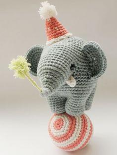 DIY-Anleitung: Amigurumi-Elefanten mit Hut und Ball selber häkeln via DaWanda.com