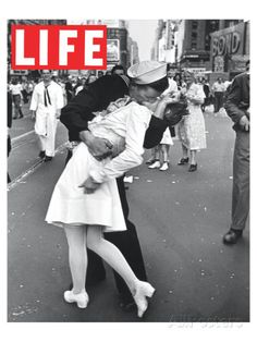 LIFE VJ Day Soldier Kissing girl Poster par Anonymous sur AllPosters.fr