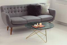 Coogee sofa - Sentou // Pelspude - Ilva // Grøn pude - HAY // Sofabord - Ox Denmarq // Lyserød plade på bordet - Made a Mano // Stage - Ilse Crawford for Georg Jensen //