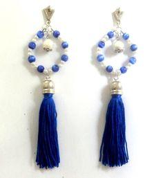 Cód: BN283 <br>Tam: 13,5 <br> <br>Brinco prateado com franja tassel azul, pedras olho de gato azul e pérolas.