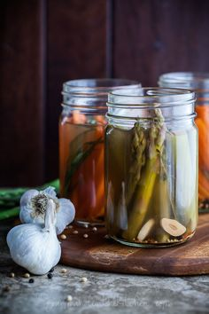 Quick Pickled Asparagus and Carrots with Tarragon via GourmandeintheKit. Quick Pickled Carrots and Asparagus with Tarragon Quick Pickled Vegetables, Pickled Asparagus, Asparagus Recipe, Pickled Peaches, Pickled Carrots, Ratatouille, Ketchup, Easy Dill Pickle Recipe, Gastronomia
