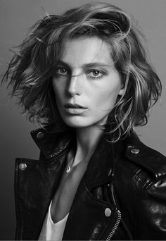 LE FASHION BLOG HAIR CRUSH DARIA WERBOWY  NEW SHORT HAIR CUT BOB HIGHLIGHTS SPLIT TO THE SIDE WAVE PART 90S FEEL INSPIRED BLACK LEATHERMOTO JACKET 2