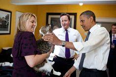 David Cameron presenta Larry a Barack Obama