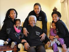 Zaziwe Dlamini - Manaway and her daughter (left) and Swati Slamini and her daughter (right) flank their mother, Zenani Manela Dlamini, and their grandfather, Nelson Mandela. Granddaughters of Nelson Mandela Star in New Reality Series (TRIBUNE EXCLUSIVE) Nelson Mandela Family, Nelson Mandela Pictures, Nelson Mandela Quotes, First Black President, Former President, Man Of Peace, African National Congress, Black Presidents, Beautiful Family