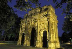 L'arc de triomphe d'Orange (Vaucluse), construit entre 10 et 25, ainsi que le théâtre antique de la ville, chefs-d'œuvre particulièrement bien conservés de l'époque augustéenne. ROLLINGER-ANA / ONLY FRANCE / AFP