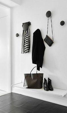 Clóset de entrada minimalista. #IdeasenOrden #closets #decoracion