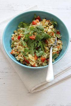 Met een rijstsalade kun je een heleboel kanten op. Lekker als lunch, hoofdgerecht of bijgerecht. Vandaag een kip-kerrie rijstsalade.