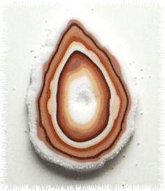 Tuto agate par creationmyway  Prenez un rectangle de pâte polymère translucide (plus grosse épaisseur) et versez du sable...