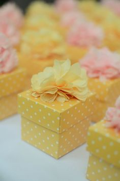 Gift wrapping idea - Pick a color. any color and use wrapping paper, ribbon and embellishment in the same color. #giftwrapping #elegant #emballagecadeau