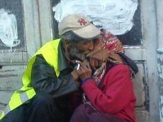 Due ragazzi adolescenti si baciano, postano la foto su Facebook e vengono rinchiusi insieme al fotografo autore dello scatto in un centro minorile, con l'accusa di attentato al pudore. E' successo a Rabat, in Marocco, dove è un crimine mostrare le proprie effusioni.