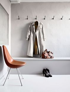 Cool entryway in grey shades featuring a brown Drop chair by Arne Jacobsen. Entry Stairs, Entry Hallway, Entryway, Foyer, Entrance Hall, Cafe Chairs, Old Chairs, Dining Chairs, High Chairs
