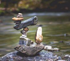 Roi du stone balancing, Manu Topic crée des œuvres de pierres en équilibre