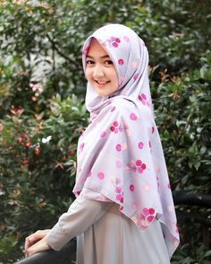 Pin Image by Bunda Hijaber Beautiful Hijab Girl, Beautiful Girl Indian, Casual Hijab Outfit, Hijab Chic, Hijab Style Tutorial, Hijab Look, Modern Hijab Fashion, Muslim Hijab, Islam Muslim