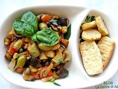La caponata agrodolce di melanzane è uno stupendo piatto della cucina siciliana a base di melanzane, pomodori, olive, capperi ,sedano, cipolla, uvetta etc!
