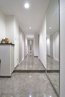 玄関から廊下まで続く大理石の床が、ホテルライクな高級感と豪華さを演出。 Old Best Friends, Grey Room, Japanese House, House Rooms, Houzz, Home Living Room, Bauhaus, Room Interior, Tile Floor