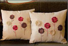 Przygoda z szydełkiem rozpoczęta .Poduszki zostały ozdobione zrobionymi na szydełku kwaiatkami i haftowanymi łodyżkami.
