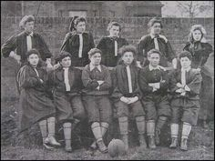 British Ladies #FutbolFemenil #SoccerGirls   http://pamboleras.com/honeyball-la-rebelde-que-revoluciono-el-futbol-femenil/ Imagen: http://spartacus-educational.com/Fhoneyball.htm