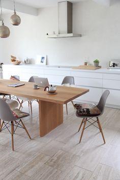 Une grande cuisine, agréable et pratique, avec des lignes épurées, des classiques du design et quelques touches d'artisanat.