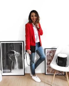 R e d ❤️ Blazer Sarina Blouse Jean (old) Baskets Sac Commencer la semaine en couleur! Red Blouse Outfit, Orange Blazer Outfits, Blazer Outfits Casual, Black Dress Outfits, Blazer Fashion, Fashion Outfits, Blazer And Jeans Outfit Women, Red Top Outfit, Jacket Jeans