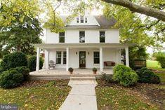 White Farmhouse Exterior, Farmhouse Plans, Farmhouse Style, Farmhouse Decor, Cozy Family Rooms, Old Farm Houses, Mansions For Sale, Dream Home Design, Coastal Cottage