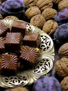 Csokoládé Reformer: Főzött diókrémes szilvalekváros bonbon tejcsokoládé burokban