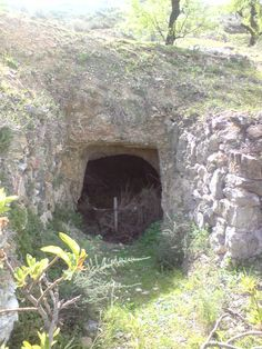 Entrada a la antigua mina yesera en Fondón junto a las cruces del Calvario. Aún se conserva en el interior los hornos donde se cocían la piedra de yeso, los rulos para moler las piedras cocidas y el hueco donde bajaba el eje movido por bestias asta los rulos.