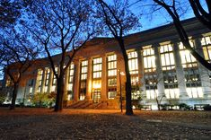 Biblioteca da Faculdade de Direito de Harvard, que ocupa o edifício Langdell Hall, situada em Cambridge, estado de Massachusetts, USA, vista à noite. Ela é considerada a maior biblioteca universitária sobre Direito. Fotografia: Chensiyua.