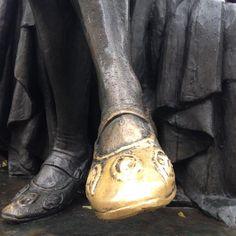 5 Arrondissment. In rue des Ecoles, di fronte alla Sorbonne, c'è la statua in bronzo di Michel de Montaigne (1533-1592). Il piede destro del filosofo, scrittore, politico francese è consumato da molte mani. #LesIsSexy #CapitaleUmano #Bonheur