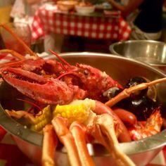 「今夜は神楽坂にある手づかみシーフードダイナー、#フィンガーズ で、お夜会( ´ ▽ ` )ノ ふっくら蒸しあがったオマール海老や蟹に手が止まらない!」