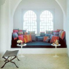 window seat massive white black with colorful pillows Window Benches, Window Seats, Window Sill, Bay Window, Small Space Solutions, Room Corner, Cozy Nook, Colorful Pillows, Built Ins