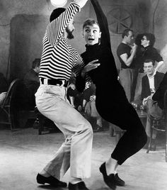 Pin for Later: 34 Iconic Starlets Guaranteed to Inspire Your Classic Fall Style Audrey Hepburn Turtleneck? Check, check, and check. Audrey Hepburn hits all the right Fall fashion notes in Funny Face. Costume Audrey Hepburn, Audrey Hepburn Funny Face, Style Audrey Hepburn, Audrey Hepburn Inspired, Fred Astaire, Style Beatnik, Beatnik Fashion, Estilo Gamine, Black And White