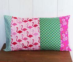 Housse de coussin tissu patchwork 30 x 50 cm n°2 tissu Flamands roses, fleurs fluos ... : Textiles et tapis par zig-et-zag