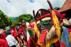La mascara de diablo es la parte mas importante en el disfraz de los diablos, la lengua afuera y los colores vivos son unas de las caracteristicas mas importantes de esta danza.