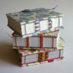 Mini Floral handbound recycled notebooks by Kate Bowles. (Encuadenación con cintas a la vista).