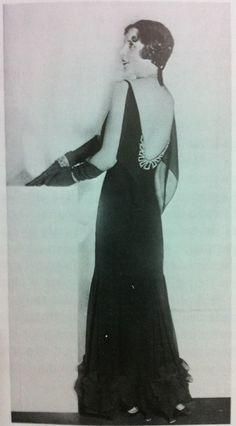 Moda anos 30 - O corte enviesado e os decotes profundos nas costas dos vestidos de noite marcaram os anos 30, que elegeram as costas femininas como o novo foco de atenção. Alguns pesquisadores acreditam que foi a evolução dos trajes de banho a grande inspiração para tais roupas decotadas.