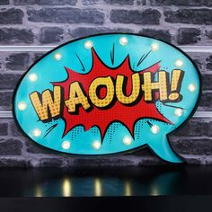 Avis aux fans de BD ! Grâce à cette déco lumineuse en forme de bulle comics votre décoration sera complètement délurée ! Son design unique et son style tout particulier apporteront une touche originale à votre pièce. Cette décoration bulle BD munie de LED conviendra aussi parfaitement à toute chambre sur le thème des super-héros. Dimensions : 41 x 5 x 27 cm